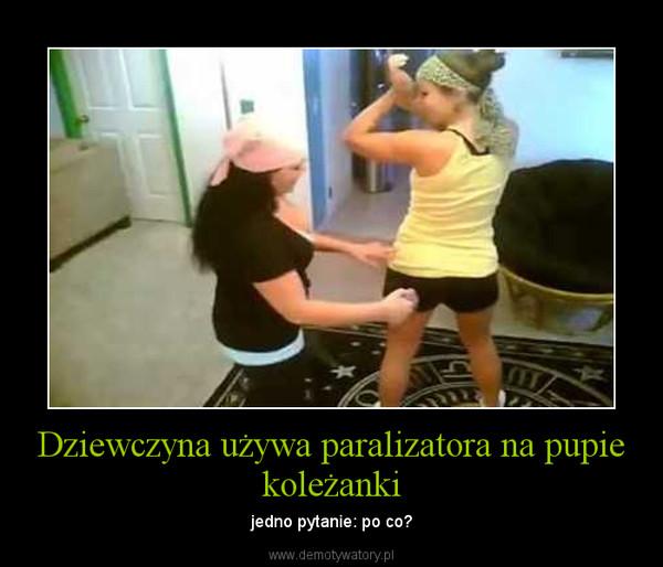 Dziewczyna używa paralizatora na pupie koleżanki – jedno pytanie: po co?
