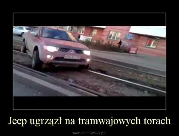 Jeep ugrzązł na tramwajowych torach –