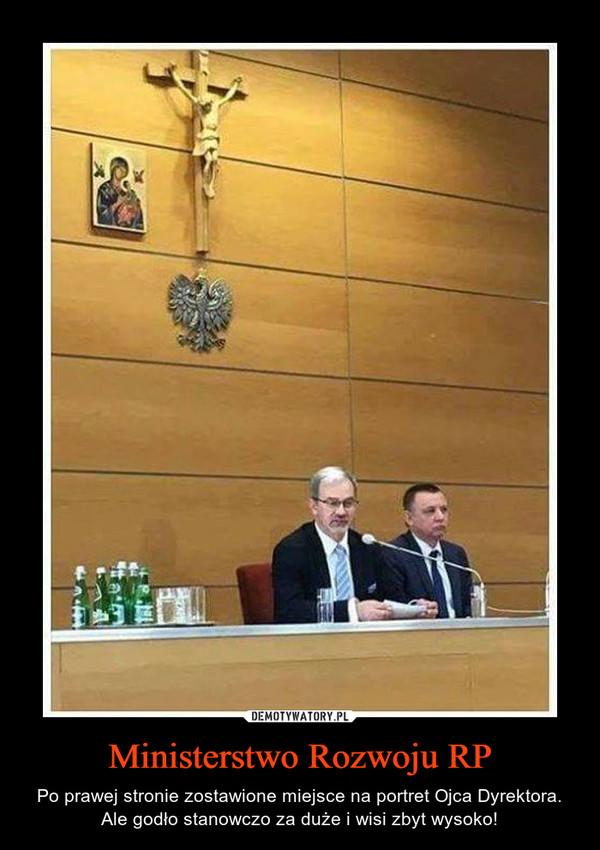 Ministerstwo Rozwoju RP – Po prawej stronie zostawione miejsce na portret Ojca Dyrektora.Ale godło stanowczo za duże i wisi zbyt wysoko!