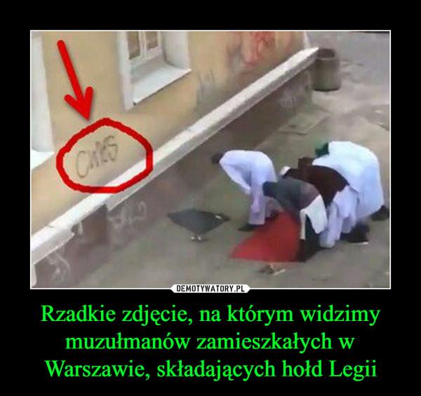 Rzadkie zdjęcie, na którym widzimy muzułmanów zamieszkałych w Warszawie, składających hołd Legii –