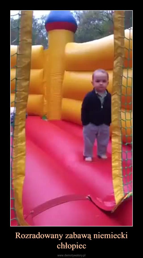 Rozradowany zabawą niemiecki chłopiec –