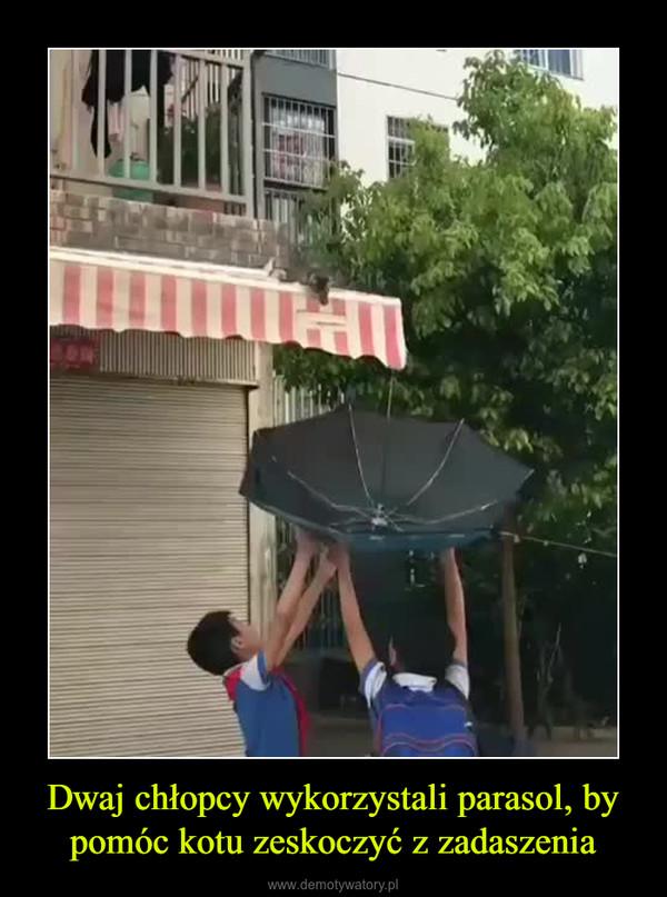 Dwaj chłopcy wykorzystali parasol, by pomóc kotu zeskoczyć z zadaszenia –