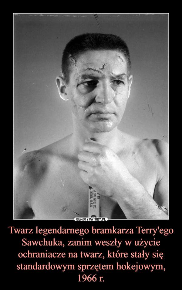 Twarz legendarnego bramkarza Terry'ego Sawchuka, zanim weszły w użycie ochraniacze na twarz, które stały się standardowym sprzętem hokejowym, 1966 r. –