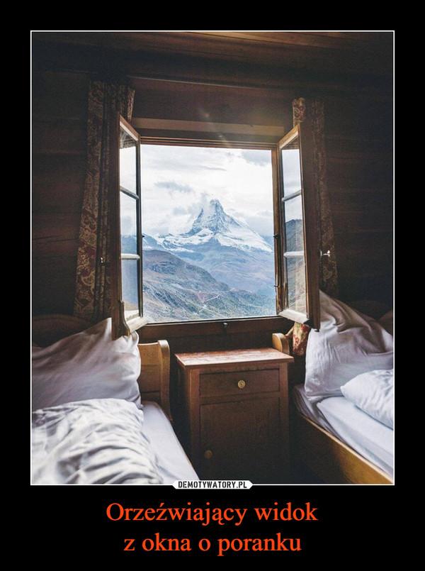 Orzeźwiający widokz okna o poranku –