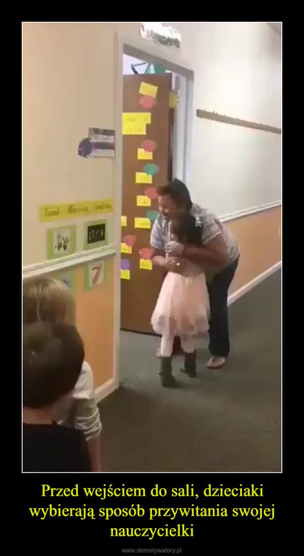 Przed wejściem do sali, dzieciaki wybierają sposób przywitania swojej nauczycielki –