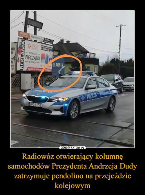 Radiowóz otwierający kolumnę samochodów Prezydenta Andrzeja Dudy zatrzymuje pendolino na przejeździe kolejowym