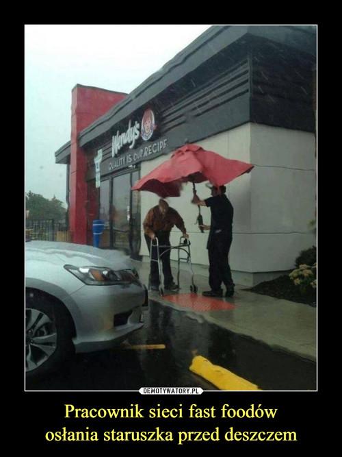 Pracownik sieci fast foodów osłania staruszka przed deszczem