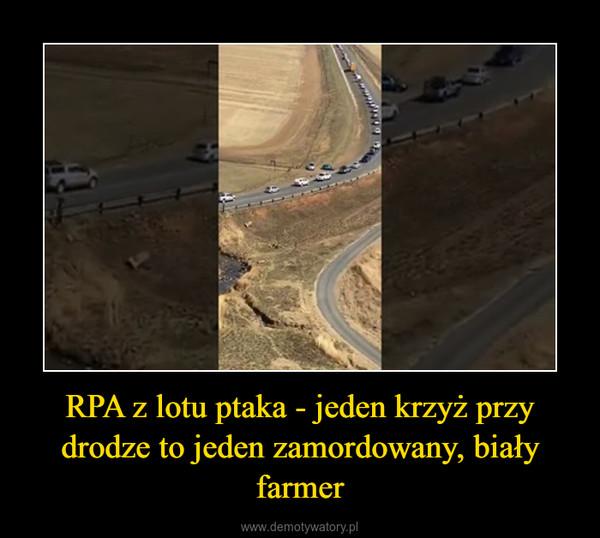RPA z lotu ptaka - jeden krzyż przy drodze to jeden zamordowany, biały farmer –