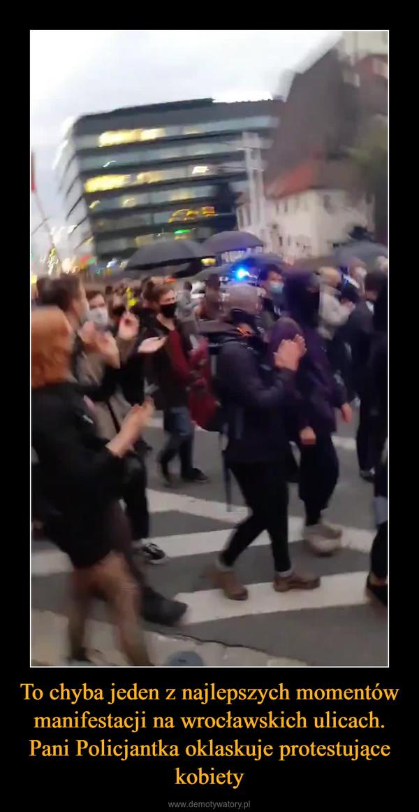 To chyba jeden z najlepszych momentów manifestacji na wrocławskich ulicach. Pani Policjantka oklaskuje protestujące kobiety –